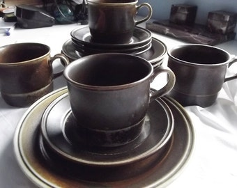 Set of 4 Vintage Trios: Cups, Saucers and Dessert Plates. Lava Rustic Brown/Little Green . Norway 1970s.