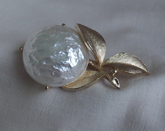 Sarah Coventry Pearl Bloom Pin 6518   Vintage, Golden, White