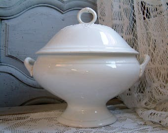 Antique french white ironstone soup tureen. White teastained ironstone tureen. Jeanne d'arc living. Antique white tureen. Nordic living