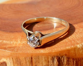 A vintage 9k yellow gold cubic zirconia solitaire ring