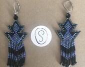 Boucles d'oreilles pendantes triangles en perles miyuki tissées dans les tons noir et bleu