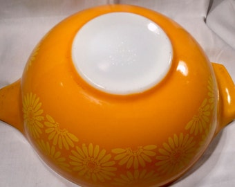 Collectible 4 quart Pyrex Cinderella Daisey mixing bowl  marked Pyrex 444   Circa 1968