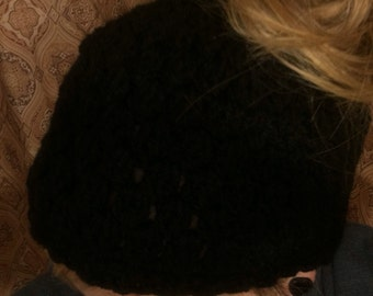 Crochet beanie with ponytail hole