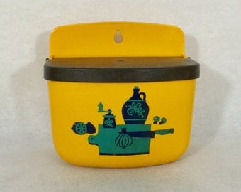 Rosti Mepal 2020 yellow salt box / container / bowl with lid. Wall mountable Rosti Melamine kitchenware. Made in Denmark 1970's