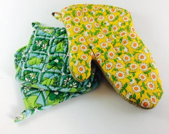 Set of two groovy vintage potholders with daisy oven mitt