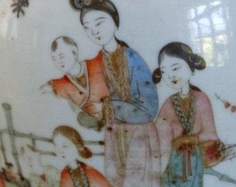 Grand vase chinois. Vase chinois ancien en porcelaine. Dynastie Qing. Le rituel du thé.