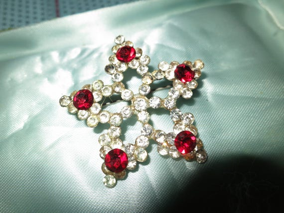 Lovely vintage silver metal star brooch with clear and red rhinestones