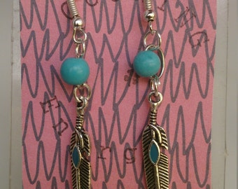 Earrings with feather and beads Turquoise. Simple earrings with feather and turquoise.Zarcillos of feather.Aretes of feather. Gemoterapy