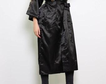 Kimono asiatique satiné à motif dragon brodé
