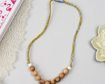 Nursing necklace/teething necklace: aromatic juniper and liberty (mustard capel)