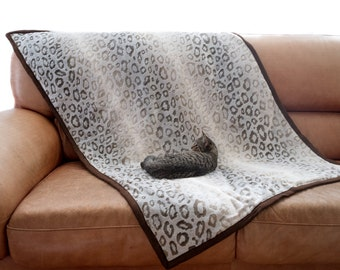 Dog blanket, pet blanket, cat blanket, pet protective blanket, soft and warm blanket.