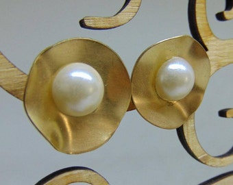 Kate Middleton Inspired Gold Hammered Pearl Earrings