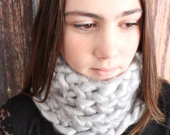 Neckwarmer in Gray. Crochet. Extra-bulky yarn. Adjusted and Close to the neck. Warm Snood. Acrylic
