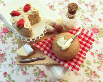 Strawberries and Cream Cake-Preparation Board, 1:12 Scale miniatures, Dollhouse Miniature, Polymer Clay Food