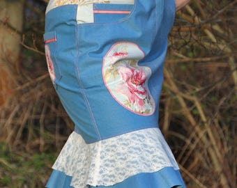 Playful denim skirt with lace and flower application
