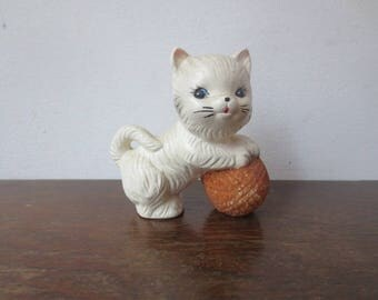 Sweetest Vintage '50s/'60s Ceramic Kitten w/ Ball of Yarn Figurine, 3.5 Inches Tall