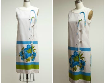 Vintage 1960s Dress • Keep Them Keen • Neutral Rayon Linen 60s Shift Dress with Blue Floral Border Size Small