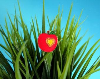 Pin's émaillé pomme amour rouge. broche pomme. bijou original. cœur jaune feuille verte. émail et métal - le panda volant