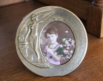 Round photo frame for an oval picture.