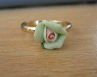 goldtone ring with china effect pale green  flower in good condition size P