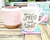 Tasse . Spread your wings + Feder . beidseitig . Porzellan . Siebdruck . Handlettering . Text . Schrift . Engel . Illustration . schwarzweiß