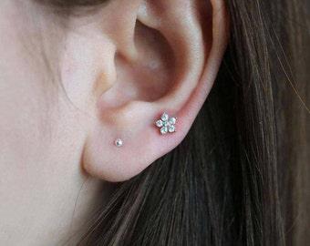 Flower cartilage earring, 16g cartilage piercing, tragus piercing, helix earring, tragus earring, conch piercing, helix piercing, helix