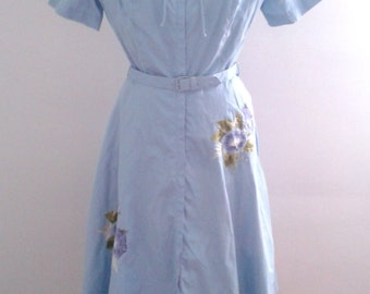 Vintage 1950's Evelyn Pearson Baby Blue Cotton Day Dress Full Skirt Floral Appliqué Sz Small Mid Century Ladylike