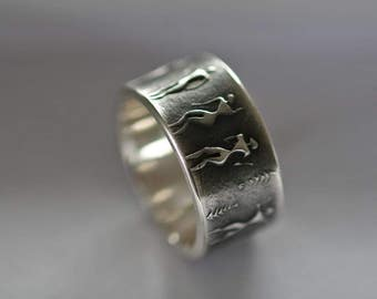 Unique silver ring with surrounding snail ornament