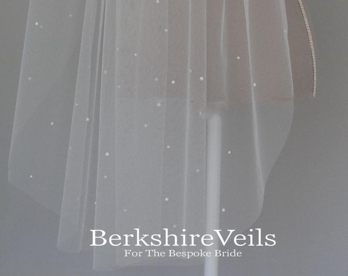 Fingertip length wedding veil with scatterd pearls // Fingertip wedding veil // short wedding veil // Cathedral Wedding veil | One tier veil