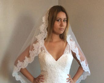 beautiful bridal veil, lace all around. comes with comb, white or ivory veil