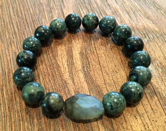Stretch bracelet of jade beads with a labradorite accent bead