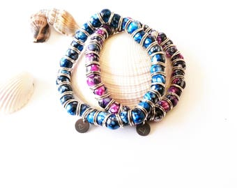 Elastic bracelet with 8 mm marbled glass beads and engraved charm