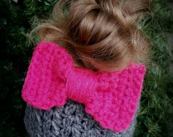 Button on bow, additional bow for messy bun beanie hat.
