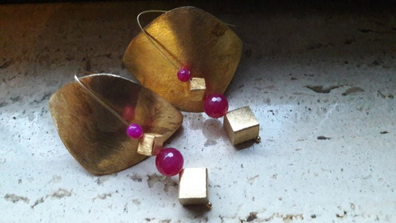 Square gold-plated silver earrings (with fuchsia chalcedony)