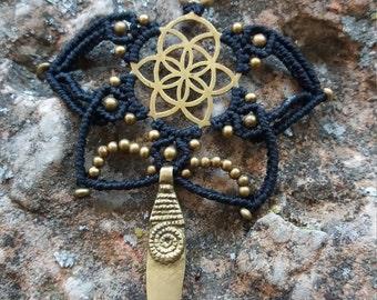 Black and gold macrame necklace,with flower medallion of life.poderoso colgante.geometría.flor de la vida.pieza unica.mandala.estrella.negro