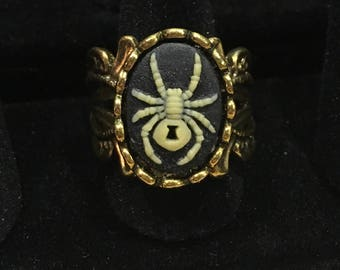 Antique gold spider cameo ring