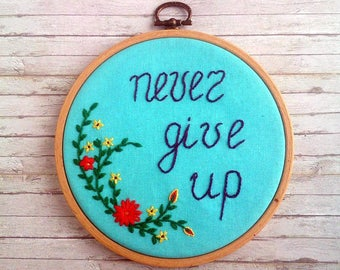 Never give up quote wall art Embroidery hoop wall decor Motivational wall hanging Nursery decor Inspirational gift for sister Prom gift