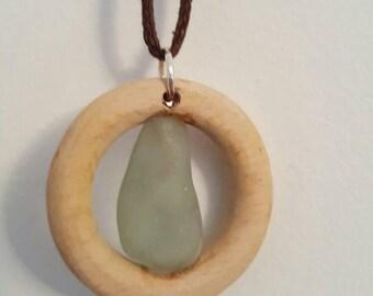 Pendentif anneau de bois et verre