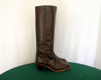 Sz 7.5 Vintage tall brown leather 1970s zip up women campus boots.