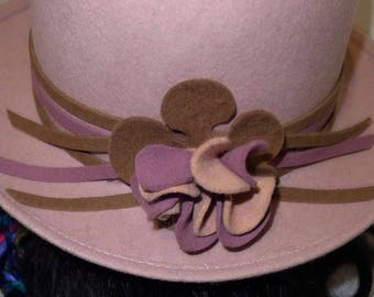 Gorgeous vintage pink beige felt hat with flower - S - gorgeous pink by Georgette.Petit beige felt Hat