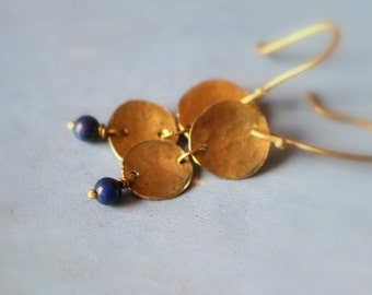 Hanging brass and lapis lazuli pearl earrings