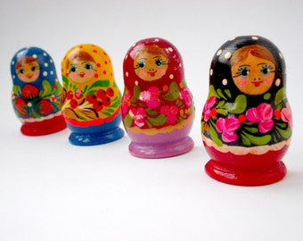 Set of 4 nesting dolls wooden Magnets Babushka doll Magnets Stacking dolls Magnets Hand Painted Nesting dolls Magnets Collectible Magnets