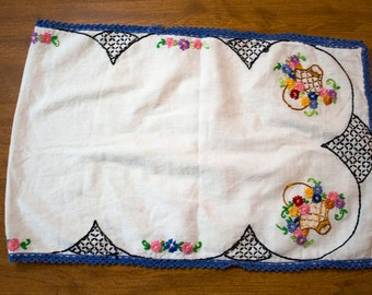 vintage table runner with baskets and flowers