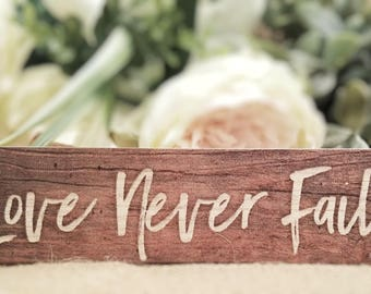 "Mini sign ""Love Never Fails"""