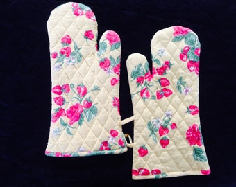 Calm and beautiful strawberries oven mitts / oven gloves.