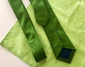 Kelly green men's skinny tie.