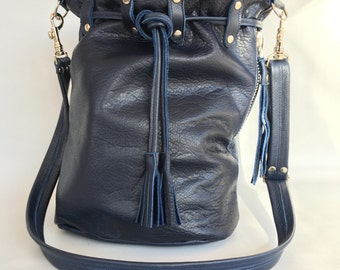 Leather bucket bag No. 015 in navy blue