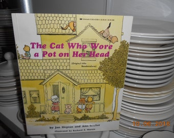 1980 Scholastic book The Cat who wore a Pot on her Head by Jan Slepian and Ann Seidler Illustrated by Richard E. Martin