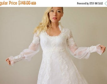 25% OFF SALE 1970s Scallop Leaf Wedding Dress >>> Extra Small to Small