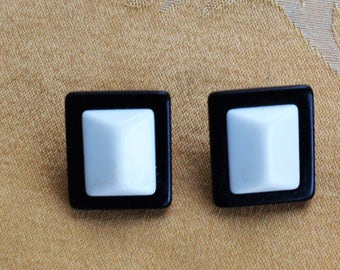 Pretty Vintage Black, White Plastic Geometric Pierced Earrings, 1980's (AN3)